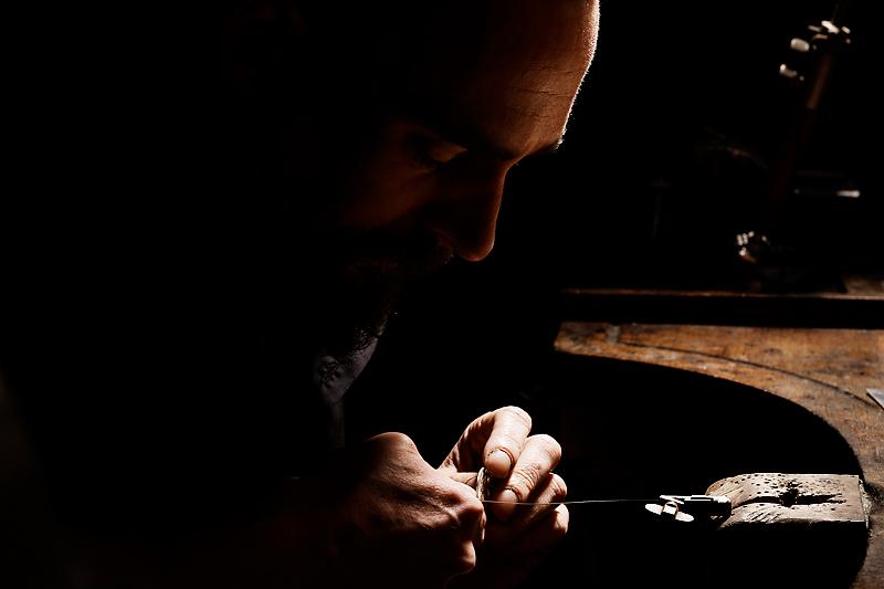 bijoutier d'art au travail