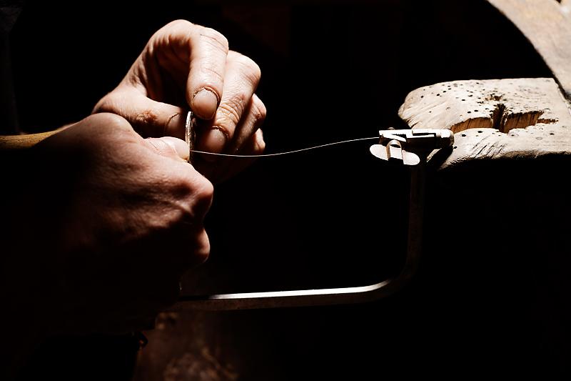 bijoutier d'art détail des mains