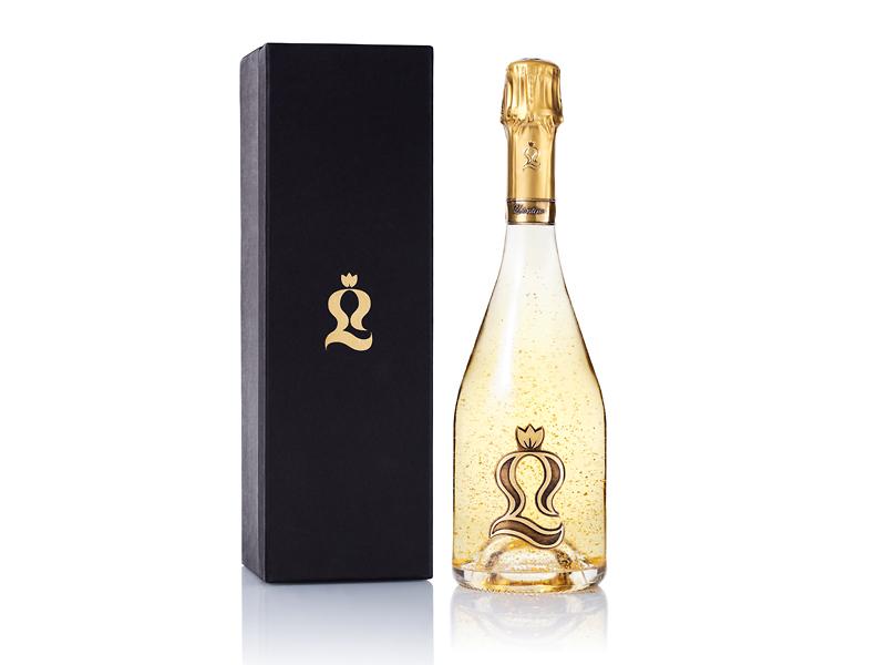 bouteille champagne avec coffret sur fond blanc